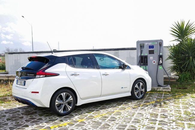 La nuova Nissan Leaf vicino ad una colonnina di ricarica EVA