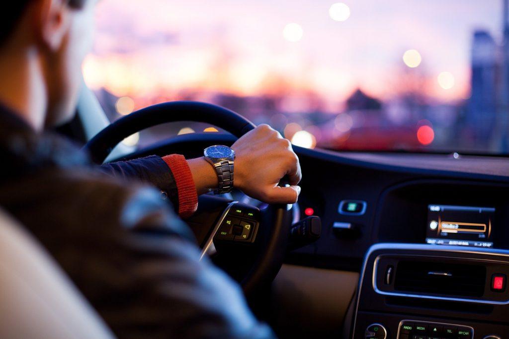 Automobilista al volante di un'auto noleggiata a lungo termine