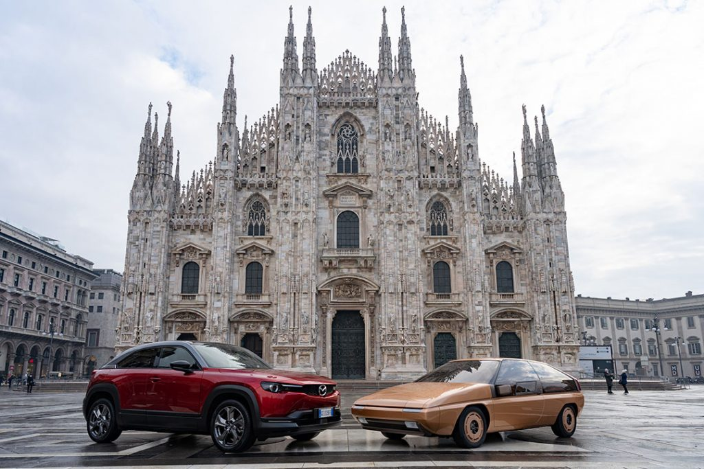 Modelli Mazda MX30 e MX81 in Piazza del Duomo a Milano